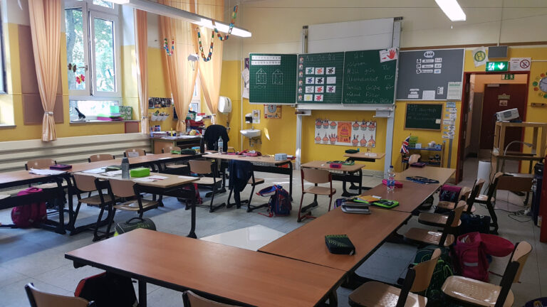 Ein Blick in einen Klassenraum.