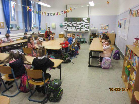Schnell suchten sich die Kinder ihre Sitzplätze...